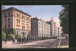 AK Zürich, Soldaten marschieren an der Kaserne vorbei
