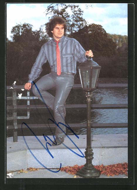 AK Musiker Andy Borg sitzt auf einem Geländer