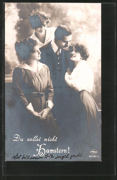 Foto-AK Amag Nr. 62180/2: Du sollst nicht Hamstern!, Kavalier mit drei jungen Damen
