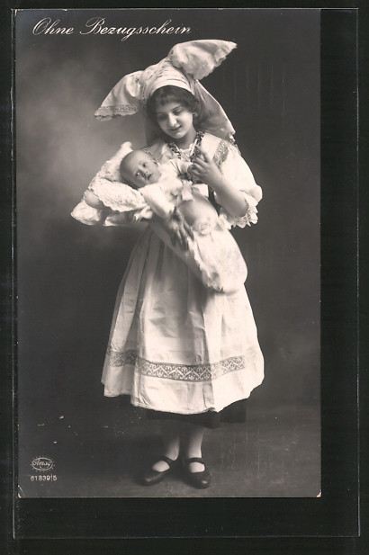 Foto-AK Amag Nr. 61839/5: Ohne Bezugsschein, junge Frau in Tracht mit Säugling