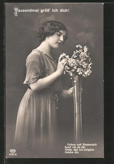 Foto-AK EAS: schöne Frau erfreut sich an einem Blumenstrauss