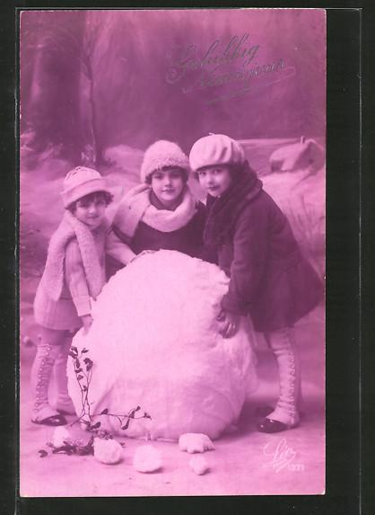Foto-AK Leo, Paris Nr. 1371: Gelukkig Nieuwjaar, Kinder mit Schneeball