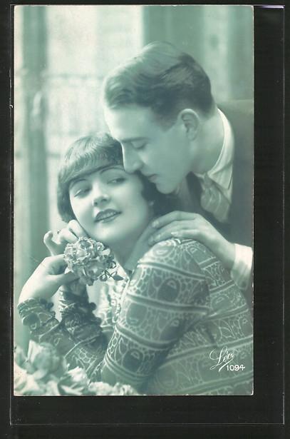 Foto-AK Leo, Paris Nr. 1094: Mondänes Liebespaar mit Blume