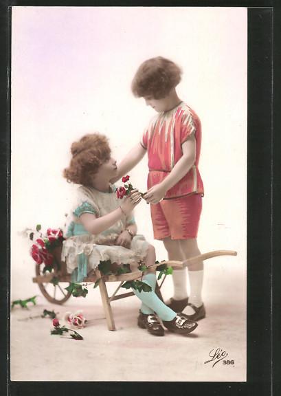 Foto-AK Leo, Paris Nr. 386: Kleines Paar mit Schubkarre