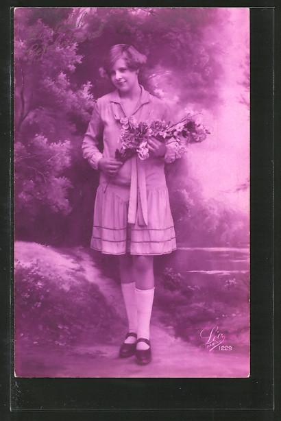 Foto-AK Leo, Paris Nr. 1229: Fräulein mit Rosenstrauss