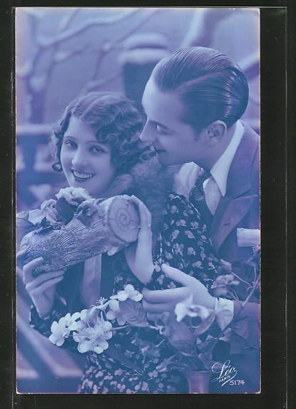 Foto-AK Leo, Paris Nr. 5174: Liebespaar mit Ast gefüllt mit Rosen