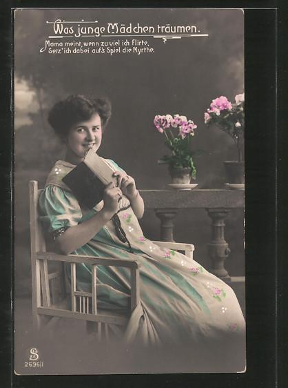 Foto-AK L.J. & F.F.: Dame sitzt mit einem Buch in der Hand auf einem Stuhl