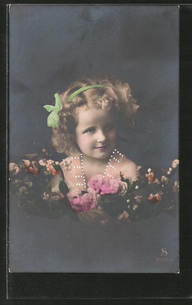 Foto-AK L.J. & F.F.: kleines Mädchen mit Blumen im Arm