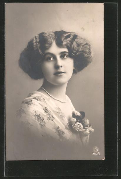 Foto-AK L.J. & F.F.: Porträt einer reizenden Dame mit Blumen am Kleid