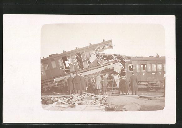 Foto-AK Zerstörte Waggons nach einer Eisenbahnkatastrophe