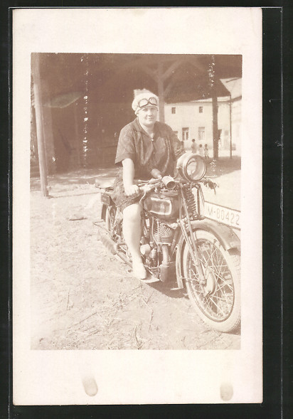 Foto-AK Frau auf einem Motorrad Triumph KV 250