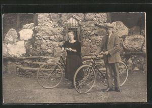 Foto-AK Junges Paar mit Fahrrädern