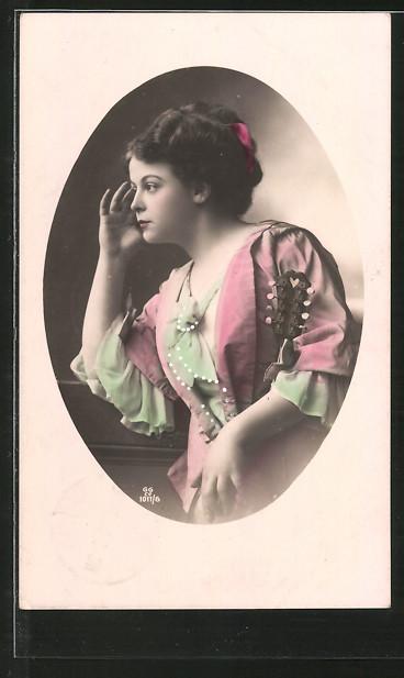Foto-AK GG Co.: junge Dame mit einer Laute im Arm