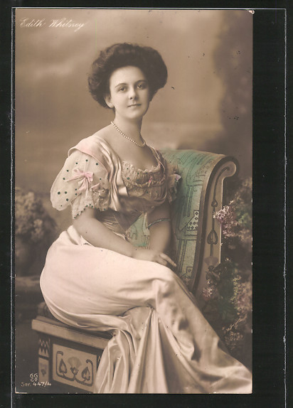 Foto-AK GG Co.: Edith Whitney sitzt auf einem Stuhl