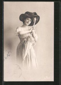 Foto-AK GG Co.: Frau mit Hut und Schirm