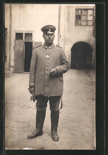 Foto-AK Feldgrauer mit Eisernem Kreuz 2. Klasse