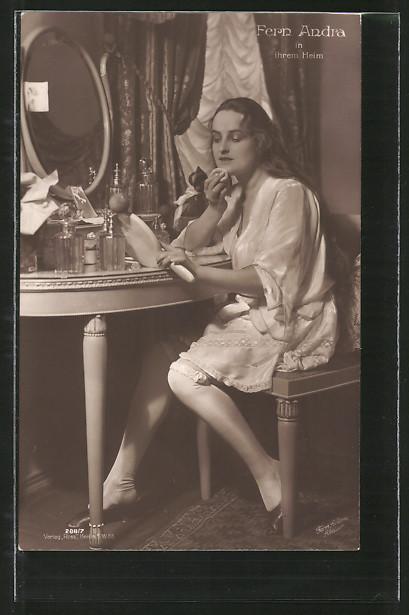 AK Schauspielerin Fern Andra in ihrem Heim