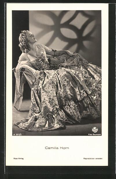AK Schauspielerin Camilla Horn im Festkleid posierend