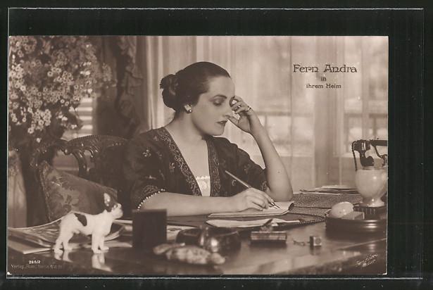 AK Schauspielerin Fern Andra in ihrem Heim am Schreibtisch