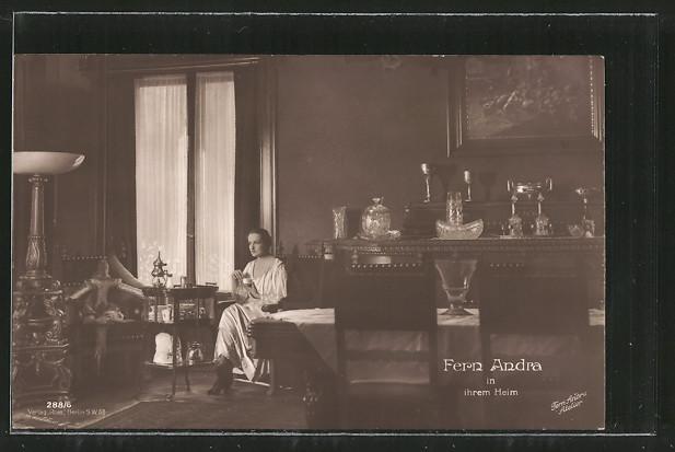 AK Schauspielerin Fern Andra trinkt Kaffee in ihrem Heim