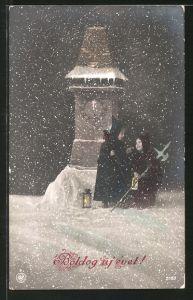 AK zwei kleine Nachtwächter halten Wacht am Uhrenturm