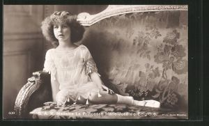 AK Prinzessin Marie-José von Belgien als kleine Dame auf Sofa