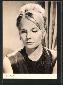 AK Schauspielerin Karin Vesely in verträumter Pose porträtiert
