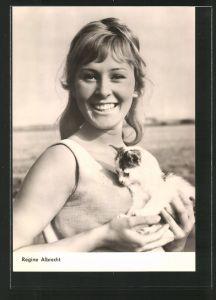 AK Schauspielerin Regine Albrecht lächelnd mit Kätzchen porträtiert