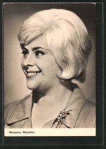 AK Schauspielerin Marianne Wünscher lächelnd mit Brosche porträtiert