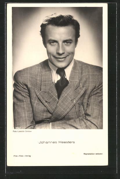 AK Schauspieler Johannes Heesters lächelnd im Anzug posierend