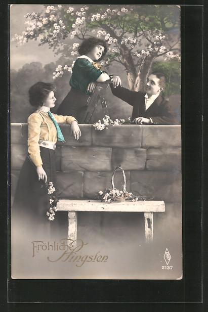 AK Fröhliche Pfingsten, junge Dame steht auf einer Leiter und pflückt Blüten vom Baum für ihre Freunde