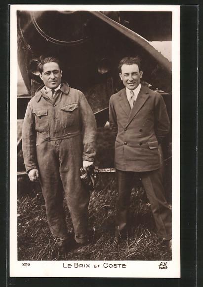 AK Piloten Brix und Coste stehen vor ihrem Flugzeug