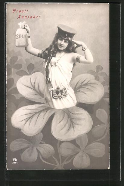 AK Briefträgerin salutiert mit einem Geldsack in der Hand, Kleeblatt, Neujahr