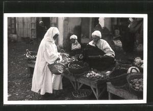 Foto-AK Ceuta, Händler an seinem Verkaufsstand, Marktszene