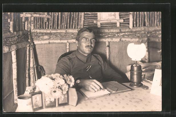 Foto-AK Feldgrauer Leutnant in Unterstand mit Gaslampe