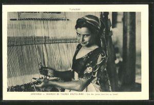 AK Carthage, Ouvroir De Tissage Haute-Laine, hübsche Teppichweberin aus Tunesien bei der Arbeit