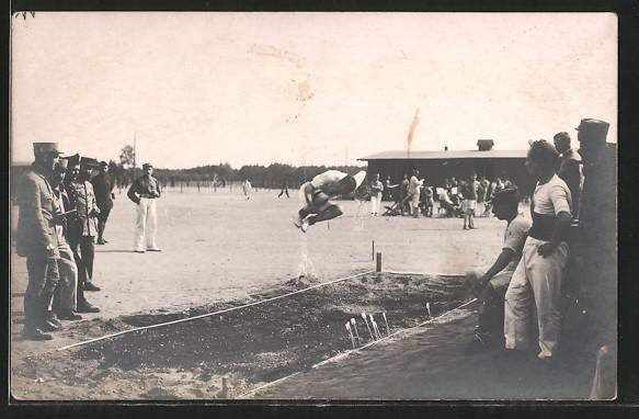 AK Sportfest, Leichtathlet beim Hochsprung, französische Soldaten schauen zu