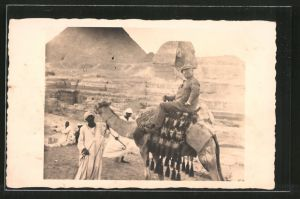 Foto-AK Expeditionsteilnehmer reitet auf einem Kamel