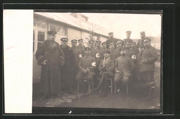 Foto-AK Feldgraue Sanitäter mit Rotkreuz-Armbinden