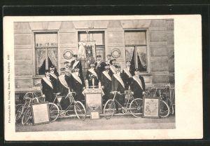 AK Bautzen, Gruppenbild Radfahrer-Verein Wanderlust mit Fahrrädern