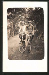 Foto-AK Liebespaar fährt mit Fahrrädern