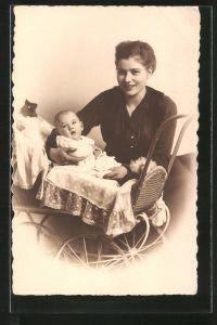 Künstler-AK Mutter mit ihrem Kind im Kinderwagen