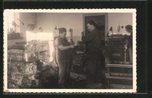 Foto-AK LKW-Motorenschlosser arbeiten in der Werkstatt