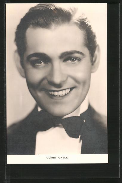 AK Schauspieler Clark Gable lächelnd im Frack posierend