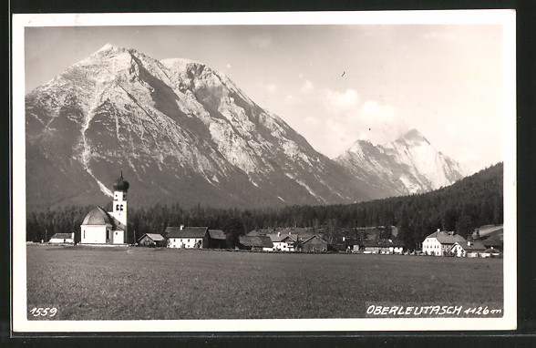 AK Oberleutasch, Ortsansicht mit Bergpanorama