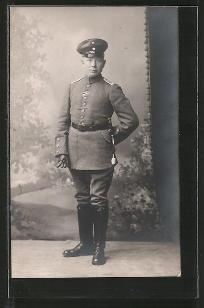 Foto-AK Leutnant in feldgrauer Uniform mit Portepee