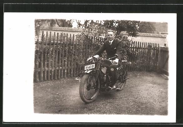 Foto-AK Mann im Garten auf seinem neuen Zündapp-Motorrad
