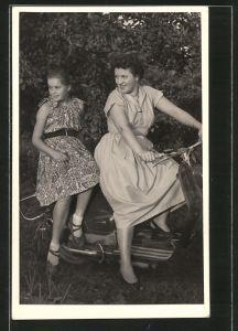 Foto-AK Motorrad Motorroller, Motorradfahrerin mit ihrer Tochter