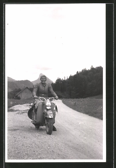 Foto-AK Motorrad Puch Motorroller, Motorradfahrerin