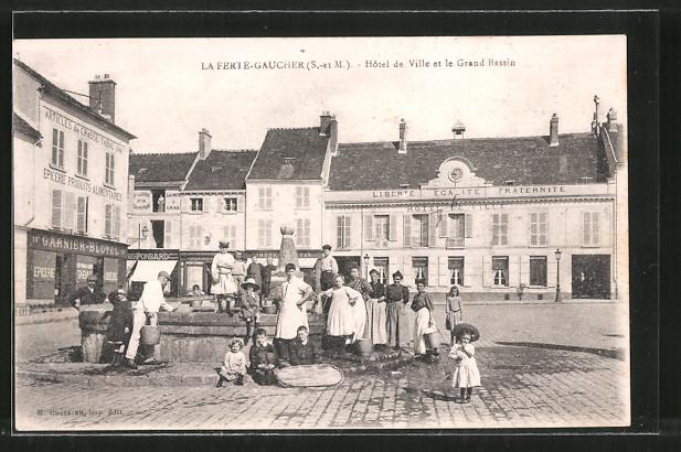 AK La Ferté-Gaucher, Hotel de Ville et le Grand Bassin